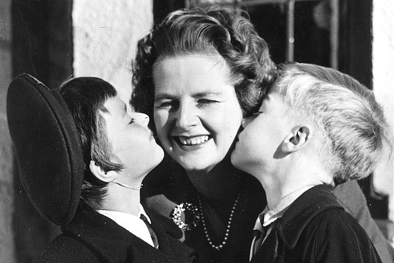 Margaret Thatcher kissed by her children - 1959